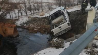 Así quedó la camioneta luego de deslizarse por el borde de la ruta 20.