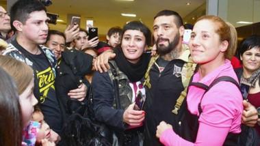 Lucas Matthysse posa con su hermana Soledad en el Aeropuerto.