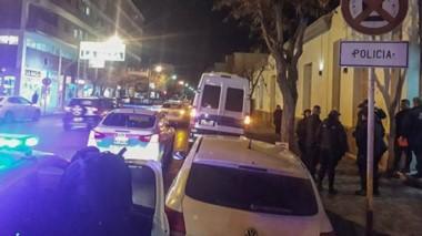 Momentos en que la Policía del Chubut se disponía a trasladarse hasta la zona oeste de la ciudad en combi.