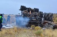 Por razones que se tratan de establecer, el camión volcó y se prendió fuego. Llevaba cal industrial al sur.