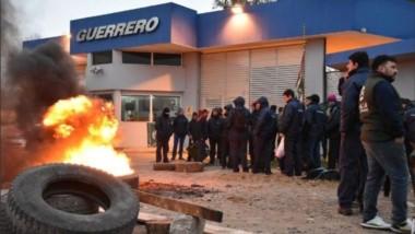 """Gomas quemadas. Una """"postal"""" muy vista últimamente en Chubut, también en San Lorenzo (foto diario BAE Negocios)."""