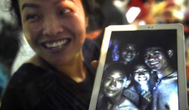 Viven! Una madre muestra la primera imagen de los niños y su entrenador de fútbol, hallados este lunes después de más de 9 días de estar perdidos en una cueva inundada.