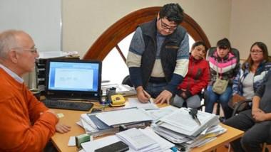 """Trato cerrado. Ante la mirada de """"Laly"""" Maza, Severiche firma el acuerdo que beneficiará a los operadores."""