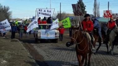 Banderas. Una postal de la manifestación en la meseta pidiendo la apertura del debate por la actividad.