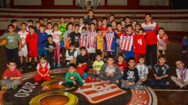 Los pequeños del club Racing junto a Nicolás De los Santos.