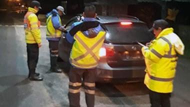 Efectivos de la Policía de Lago Puelo trabajando en la mañana de ayer.