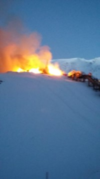 Las llamas en medio del cerro La Hoya (Foto: @eqsnotas)