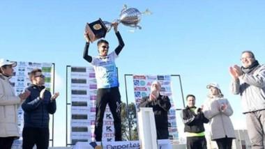 Gerardo Haro en lo más alto del podio, levanta el trofeo que se llevó tras obtener el triunfo en Choele Choel.