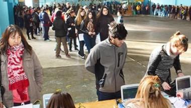 Una importante cantidad de gente hizo filas desde temprano para sacar el beneficio del Transporte Educativo Gratuito en el Gimnasio Nº 2.