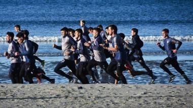 Tras volver de Buenos Aires, el plantel conducido por Hugo Barrientos se entrenó en las arenas de las playas de Puerto Madryn.