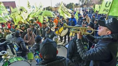 Ruido. Hubo una importante manifestación por parte de los trabajadores de la UOCRA hasta la Legislatura.