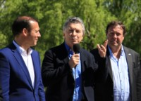 El neuquino Gutiérrez (izq) y el reionegrino Weretilneck (der.), falnqueando al presidente Macri.