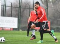 Mora, autor del empate de penal, maniobra con el balón.