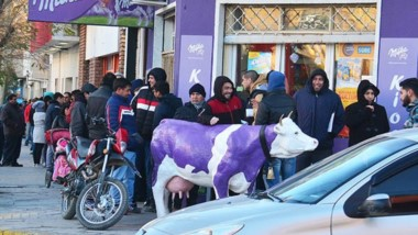 Frío y espera. Centenares de trelewenses respondieron a la convocatoria para entregar sus antecedentes laborales en busca de un empleo.