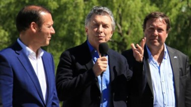 La postal del presidente Macri manteniendo un actividad junto a los gobernadores de Neuqúen y Río Negro.