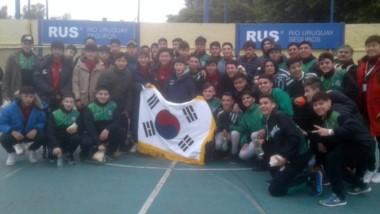 El plantel 2002/2003 de Germinal posa junto a la delegación de Corea, combinado de futbolistas con raíces en el sur de la península coreana.
