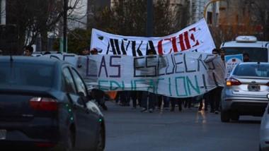 Ayer se produjo una movilización de los alumnos por las calles de Trelew para que no cierren la Escuela.