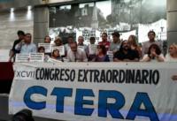 A las pocas horas, el sindicato provincial SUTEBA, liderado por Roberto Baradel, anunció su adhesión a la medida, tras una reunión de secretarios generales.