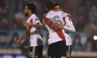 """""""Pity"""" Martínez y """"Nacho"""" Fernández, autores del primer y segundo tanto, se abrazan. El tercero fue un golazo de Pratto."""