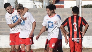 Ignacio Terán abraza a Brian Godoy, autor de un gol que fue anulado antes de la apertura del marcador.