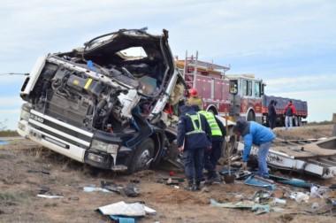 Policía y bomberos trabajaron hasta este mediodía en el lugar del accidente (foto Hoy Valle Medio)