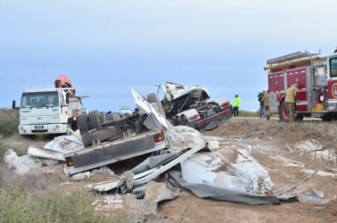 El camión siniestrado transportaba arena a Neuquén (foto Hoy Valle Medio)