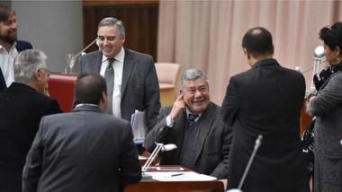 Sonrisas. Los legisladores provinciales y un momento de distensión en el parlamento en Rawson.
