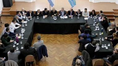 Encuentro. El Salón de los Constituyentes, el lugar elegido para que los jefes políticos desplegaran su respaldo en días muy complejos.