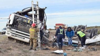 Muestra de la violencia con la que se produjo el vuelco es el daño causado en toda la estructura del camión.