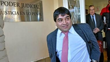 Sonrisa. Alarcón se va de la Oficina Judicial de Rawson y detrás lo acompaña su defensor, Carlos Conti.