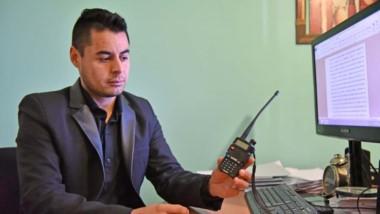 El oficial principal Gabriel Casalnuovo, de la Brigada de Policía de Rawson, explicando el uso del handy.