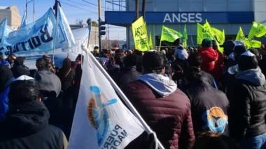 Banderas. Los gremios unieron fuerzas en Anses para reclamar por el recorte de las asignaciones.