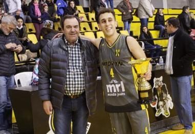 El presidente de la ABECh Rodolfo Meoqui le entrega la copa de campeón al capitán Gonzalo García.