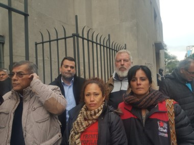 Dina Sánchez (Fte Darío Santillán), Marianela Navarro (Frente de Organizaciones en Lucha), junto al Grigo Castro (CTEP), Alderete (de la CCC) y Daniel Menéndez (Barrios de Pie).
