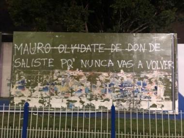 Aparecieron pintadas en Vélez referidas al caso Mauro Zárate.