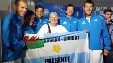 Nélida Dos Santos sostiene orgullosa la bandera nacional junto al equipo argentino de Copa Davis.