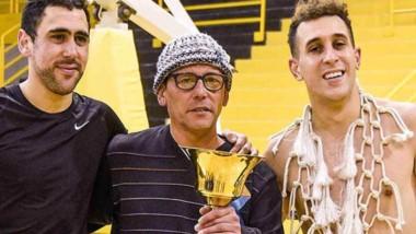 Jorge García con sus dos hijos, Rodrigo y Gonzalo. La copa y la red, símbolos del eterno campeón.