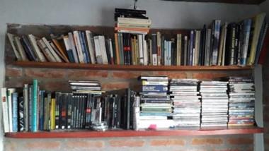 Una de las salas de su vivienda contenía una prolija biblioteca con libros sacados de al menos 5 lugares.