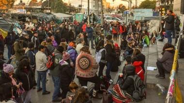 Ayer una importante cantidad de docentes volvió a reunirse frente al Ministerio de Educación para evaluar cómo seguirán las medidas de lucha.