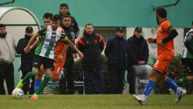 Darío Pellejero, flamante ayudante de campo de Germinal, en el partido ante Moreno, antes de sufrir la lesión de tibia y peroné en su pierna derecha.