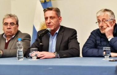 El gobernador Arcioni, flanqueado por el ministro Paz y el diputado García.