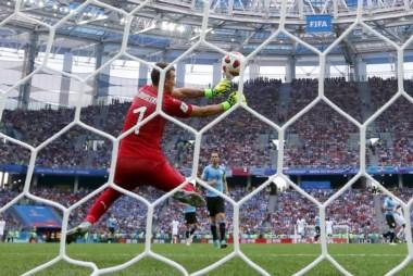 El error de Muslera en el segundo gol terminó de desgarrar el orden de Uruguay. Esta vez no sirvió solo con el coraje, hacía falta fútbol.