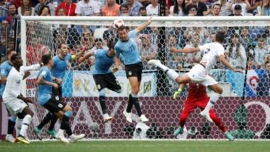 Centro de Griezmann y el cabezazo de Varane para marcar el primer gol de Francia.