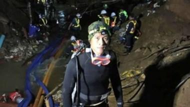 Para sacar de las cuevas a los niños atrapados deben aprender a bucear y atravesar aguas oscuras y espesas por varias horas.