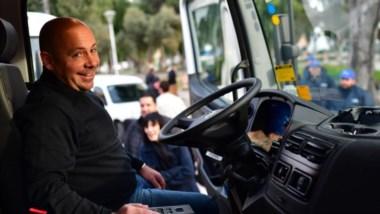Satisfecho. Un retrato del intendente Sastre al mando de uno de los vehículos que juntará basura.