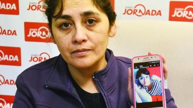 """Vilma Felices y parte de su familia solicitando una """"justicia completa""""."""