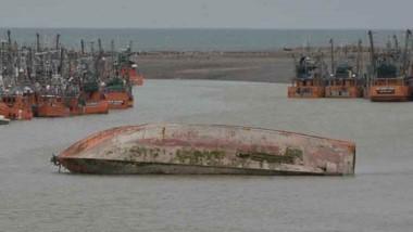 El buque Sagrado Corazón, hundido en el río.