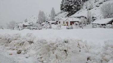 Todo blanco. Una postal del barrio Cañadón Bórquez en Esquel, con una nevada que genera necesidad.