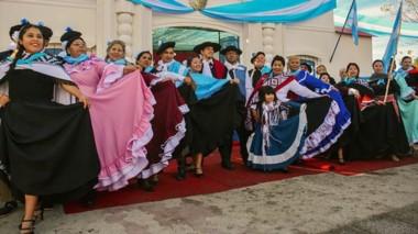 La réplica de la Casa de Tucumán y la vestimenta típica para festejar el Día de la Independencia con  la danza tradicional argentina.