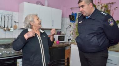La abuela María le relata al comisario como agarró a bastonazos y patadas al delincuente. (La Mañana de Neuquén)